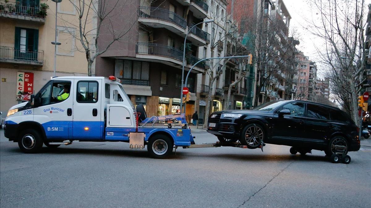 La grúa se lleva el coche de Coutinho en la Sagrada Familia.