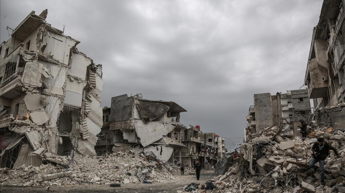 Vista de una de las calles de la ciudad siria deIdlib destruida por los efectos de la guerra.