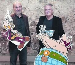 El guionista Jean-Yves Ferri, con Astérix, y el dibujante Didier Conrad, con Obélix, ayer en Barcelona.