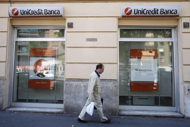 Un hombre pasa frente a una oficina de Unicredit en Milán.