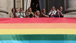 Barcelona obre la setmana de l'orgull gai engalanant el balcó de l'ajuntament