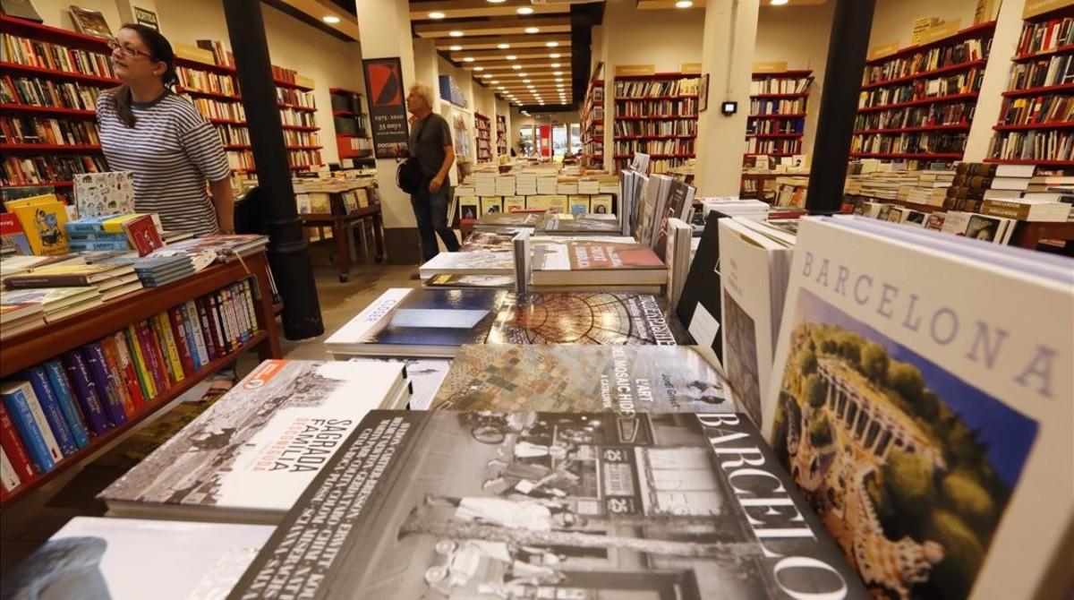 La librería independiente Documenta, situada en la calle Pau Claris entre València y Aragó.