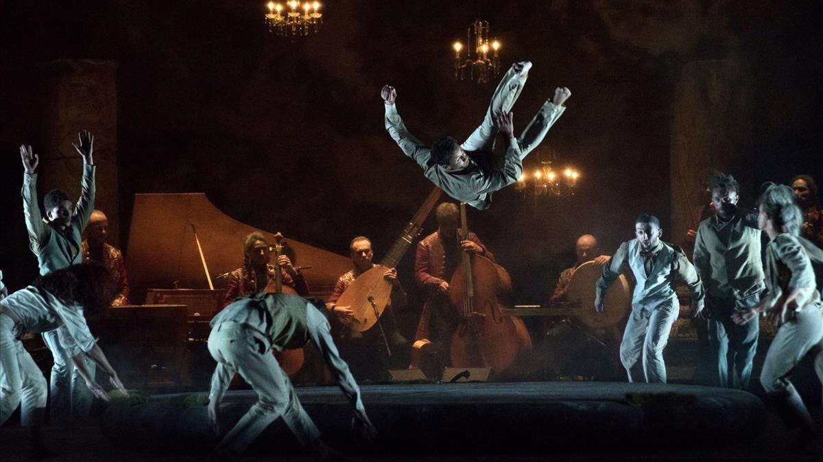 Dinámica escena de Folia, donde los intérpretes juegan con una enorme colchónhinchable.