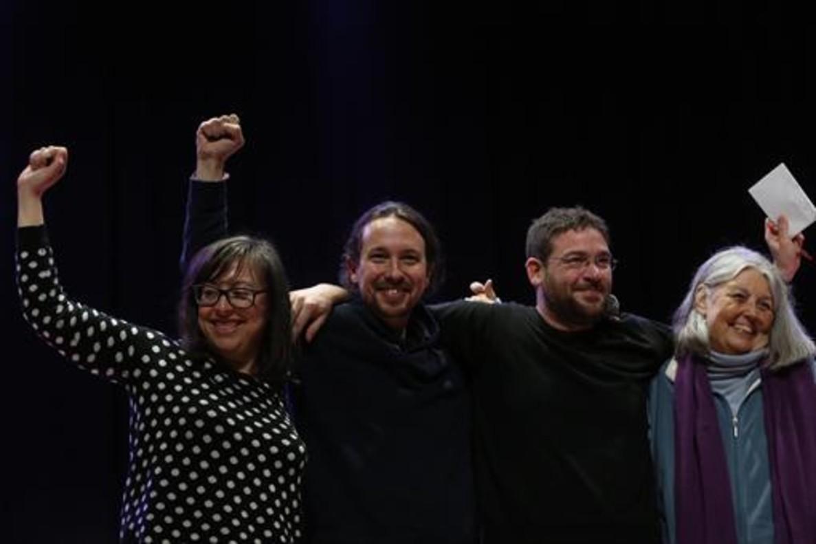 Iglesias, con Noelia Bail (izquierda), Albano Dante Fachin y Àngels Martínez, ayer en Sant Feliu de Llobregat.