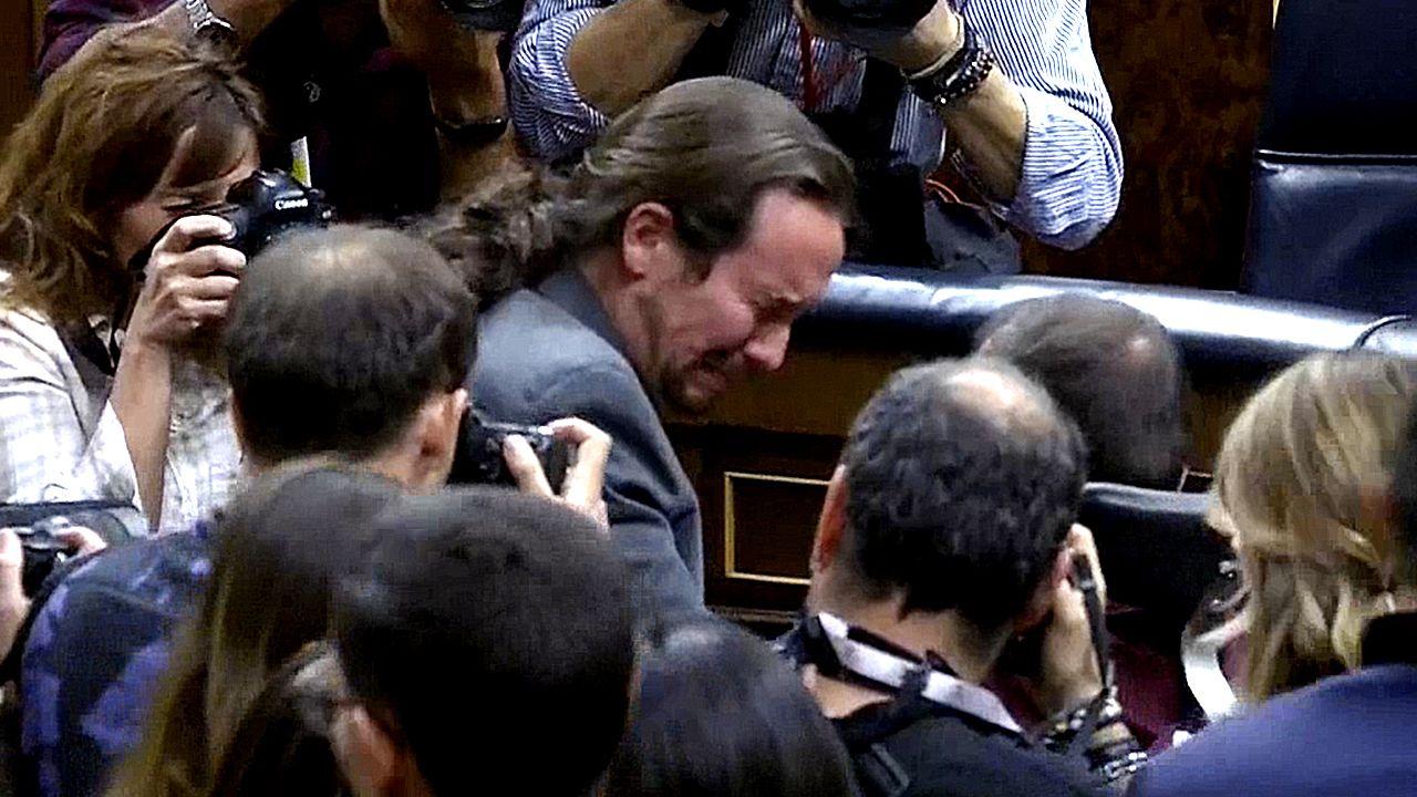 Iglesias llora tras la elección deSánchez comopresidente.