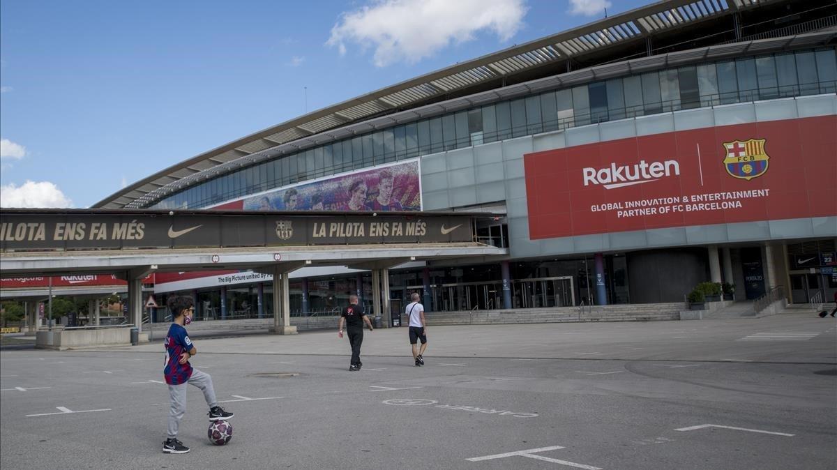 Imagen del exterior del Camp Nou, este viernes, antes del Barcelona-Madrid.