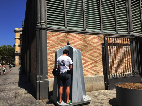 Imagen de un urinario masculino en el barrio del Born de Barcelona.