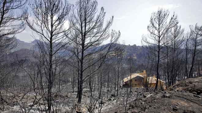 El incendio de Llutxent sigue activo y decontrolado y más de 3.000 personas continúan fuera de sus casas.