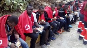 Inmigrantes subsaharianos que viajaban a bordo de la patera llegada a las costas de Ceuta, en una imagen de archivo.