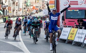 Alvaro Hodeg,ciclista colombiano del Quick-Step Floors,se impone en la meta de Calella en la pasada Volta Ciclista a Catalunya.
