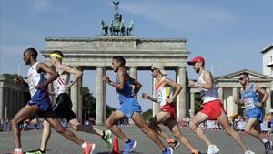 Javi Guerra, en el grupo delantero, cruzaante la Puerta de Brandenburgo.