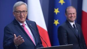 El presidente de la Comisión Europea,Jean-Claude Juncker,junto al primer ministro de Malta,Joseph Muscat.