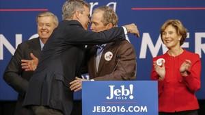 Jeb y George Bush, en un acto de la campaña del primero cuando era candidato.