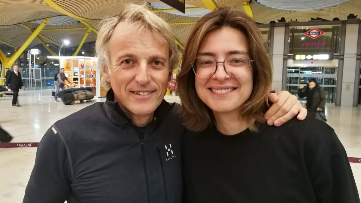 Jesús Calleja y Sandra Barneda en el Aeropuerto de Madrid-Barajas.