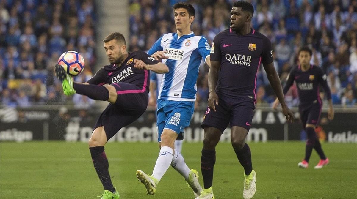 Jordi Alba despeja el balón ante Gerard Moreno, el delantero del Espanyol, en el derbi del pasado sábado.