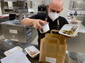 El chef Jordi Artal, preparando un pedido de comida para llevar de Sentit Comú.