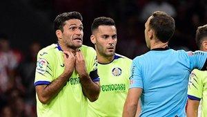 Jorge Molina protesta al árbitro en un partido del Getafe.