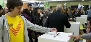 Un joven participa en la consulta soberanista del pasado 9 de noviembre, en Barcelona.