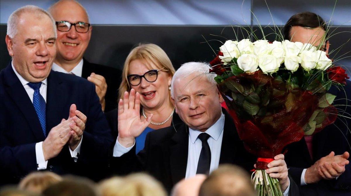 Kaczynski festeja ante sus simpatizantes la rotunda victoria que le conceden los sondeos en las elecciones legislativas polacas.