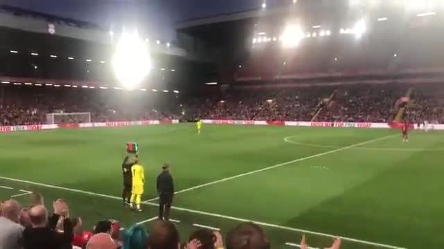 Karius vuelve a Anfield y recibe una cálida ovación