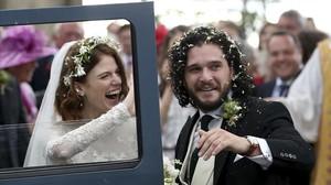 Los actores Rose Leslie yKit Harington, Ygritte y Jon Nieve en la serie Juegos de tronos, en su boda en Escocia.
