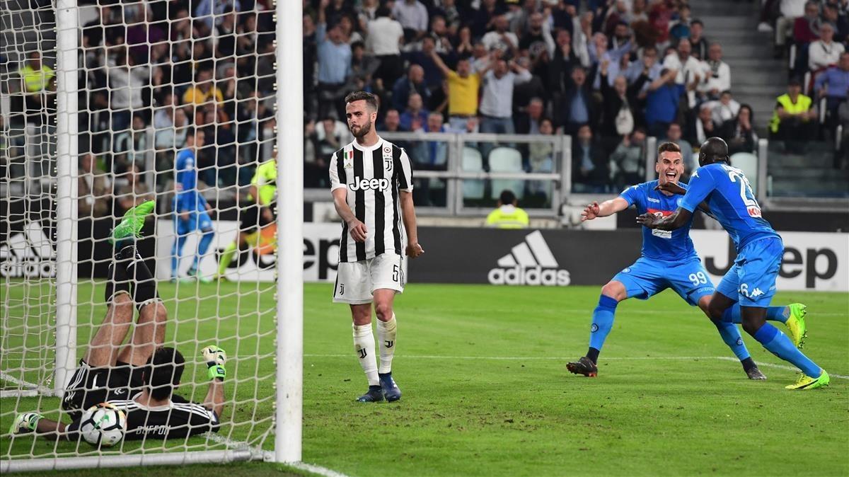 Koulibaly celebra su gol a la Juventus con Buffon aún en el suelo.