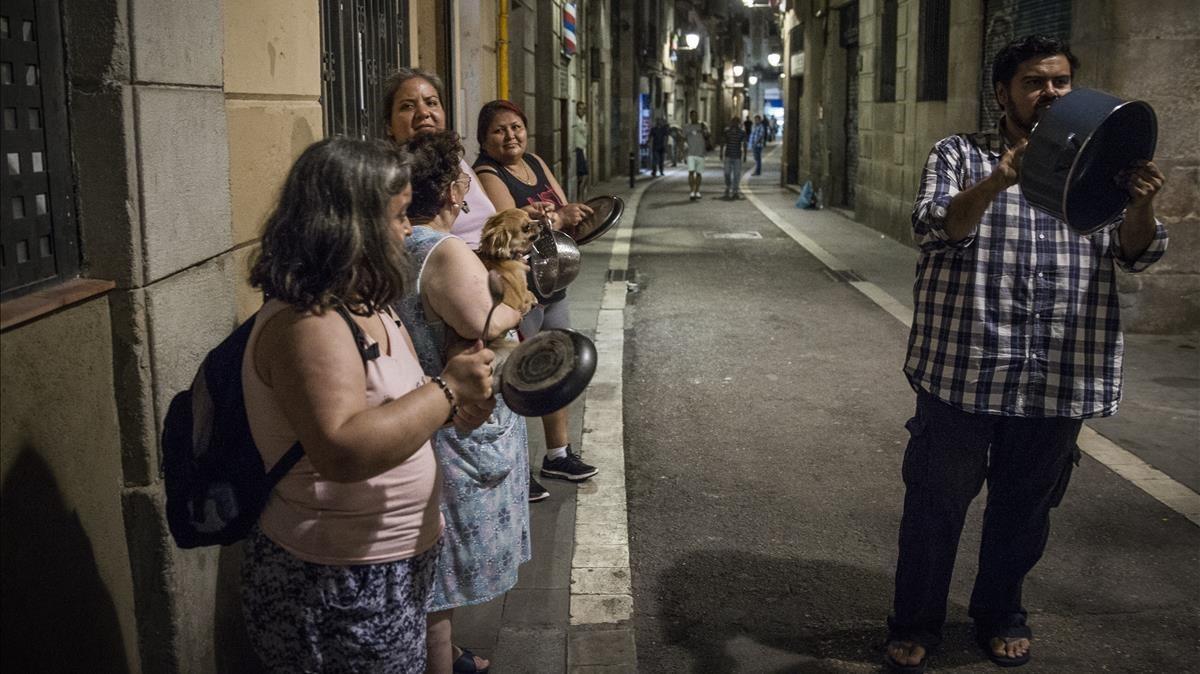 Cacerolada contra los narcopisosde la calle En Roig.