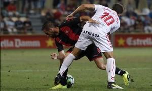 Juan Muñiz trata de frenar el avance de un atacante del Reus.