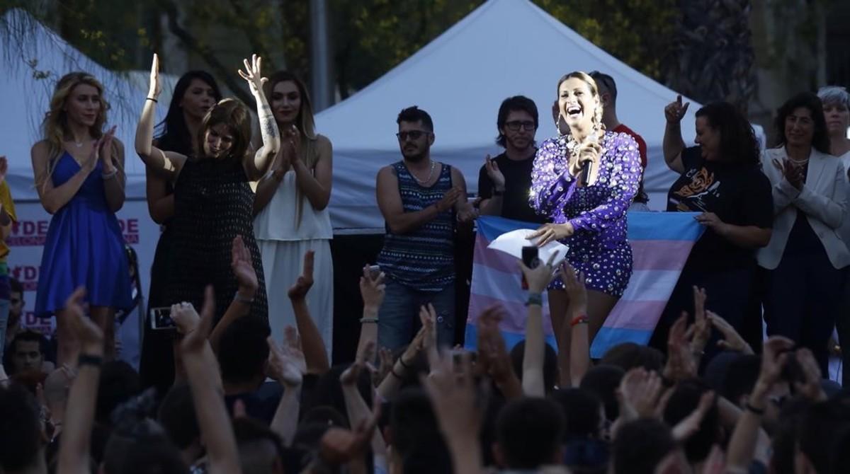 La artista Lara Sajen, con el micro en la mano, durante el pregón del Día del Orgullo Gay.