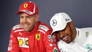 Lewis Hamilton, a la derecha, se rie tras lanzarle el primer zasca del año a Sebastian Vettel, que no tuvo más remedio que encajarlo con deportividad.