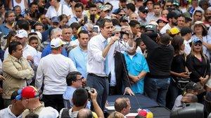 El líder opositor venezolano Juan Guaidó habla ante cientos de simpatizantes, este martes en Caracas.