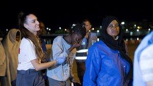Llegada al puerto de Motril de 57 migrantes rescatados cuando su patera se estaba hundiendo cerca de la isla de Alborán.