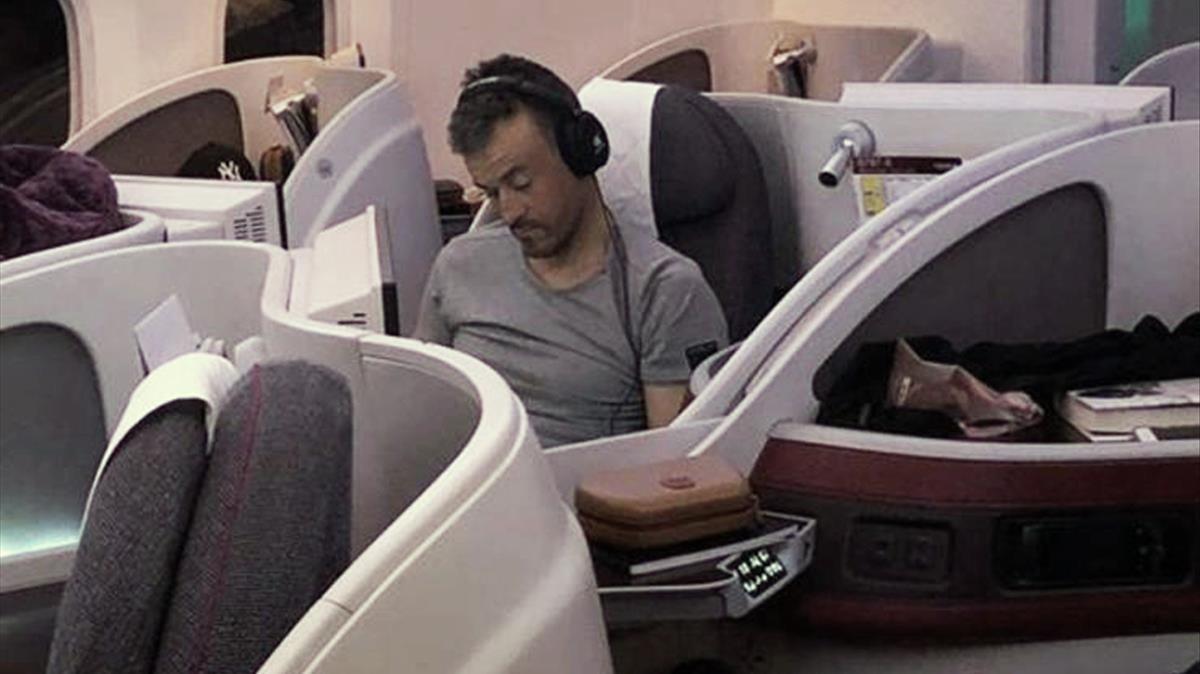 Luis Enrique, en el vuelo QR-146, Barcelona-Doha.