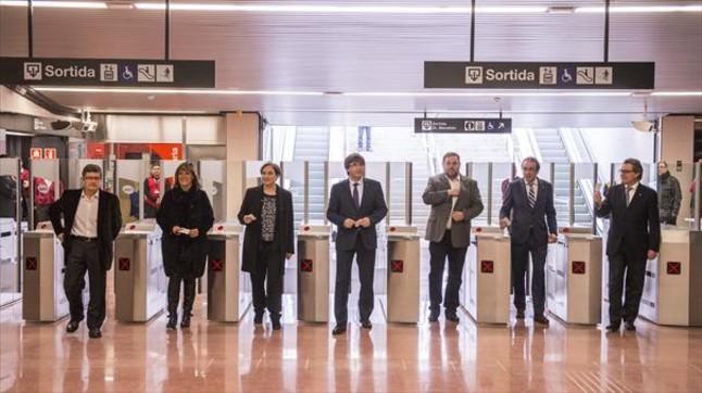 Lluís Tejedor, Núria Marín, Ada Colau, Carles Puigdemont, Oriol Junqueras, Josep Rull y Artur Mas, el pasado febrero, en la inauguración del tramo de la L-9 del metro al aeropuerto de Barcelona-El Prat.
