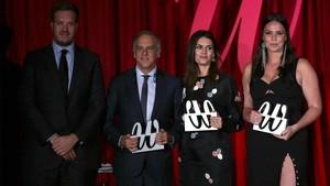 Antonio Asensio, con los tres premiados: Paco Arango, al frente de la Fundación Aladina, la ingeniera Rebeca Minguela y la modelo de tallas grandes Candice Huffine.