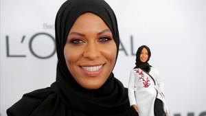 La esgrimista norteamericana Ibtihaj Muhammad con su Barbie.