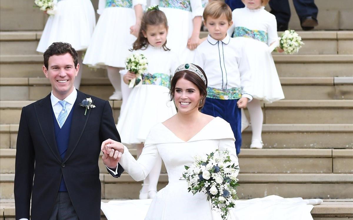 La princesa Eugenia y Jack Brooksbank abandonan la capilla.