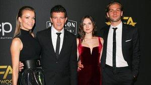 Nicole Kempel, pareja de Antonio Banderas, Stella del Carmen y su novio Eli Meyer, en el hotel Beverly Hilton de Los Ángeles.