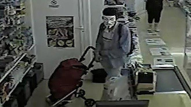 Loa Mossos d'Esquadra detienen al atracador de una tienda en Martorell con mascara y pistola simulada.