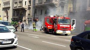 Los Bomberos trabajando en la extinción del fuego.