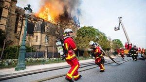 Los bomberos, trabajando en el incendio de Notre Dame.