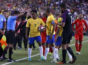 Los jugadores de Brasil protestan al árbitro por el gol de Ruidiaz.
