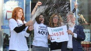 Grupo de personas festejando uno de los números agraciados en la Lotería de Navidad.