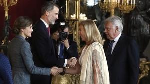 Los Reyes saludan al expresidente del Gobierno Felipe González.
