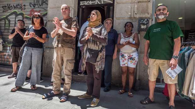 Los vecinos del Raval protestan contra el mobbing inmobiliario.