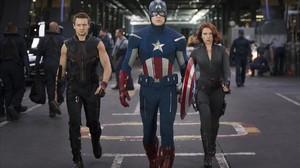 Jeremy Renner,Chris Evans yScarlett Johansson, como Ojo de Halcón, el Capitán América y la Viuda Negra, en Los Vengadores.