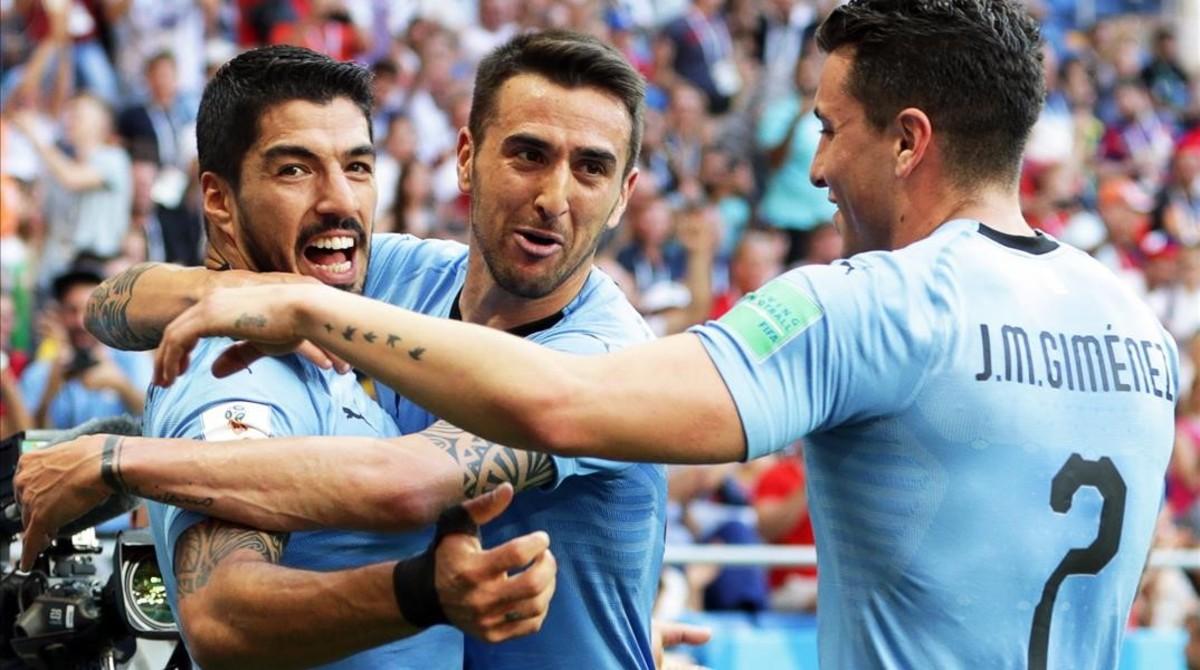 Luis Surez, felicitado por Vecino y Giménez después de marcar el gol decisivo.
