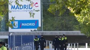 Policías en el exterior del pabellón Madrid Arena, horas después de la desgracia.