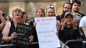 Manifestantes 'antibrexit' claman contra la suspensión del Parlamento a las puertas del Tribunal Supremo británico, este miércoles.