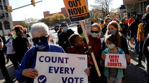 Manifestantes piden finalizar los recuentos en Detroit (Michigan).